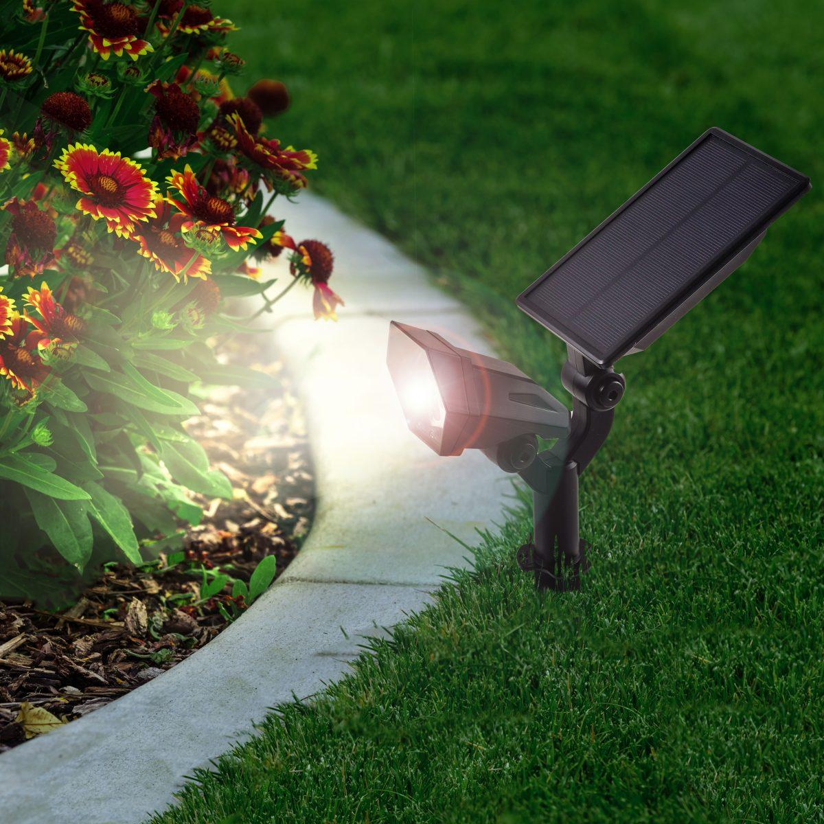 Solarstrahler in einem schönen Gartenambiente leuchtend