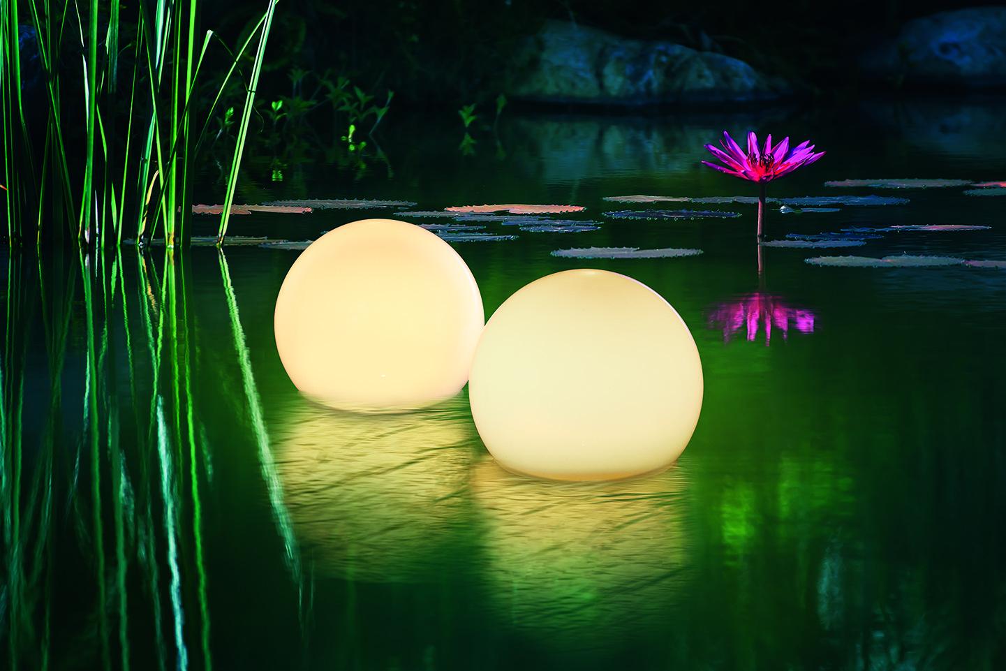 Schöne Leuchtkugeln im Wasser
