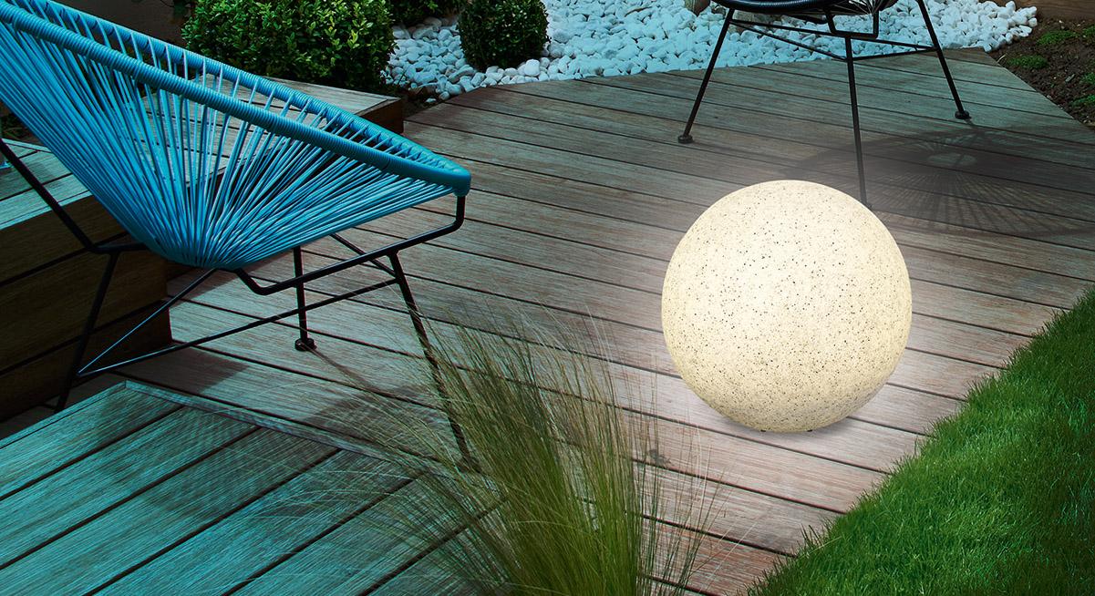 Schöne Steinkugeln im Garten