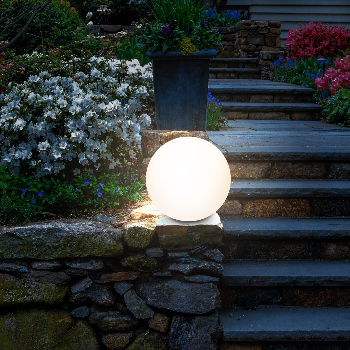 LED Solar Leuchtkugel neben der Treppe