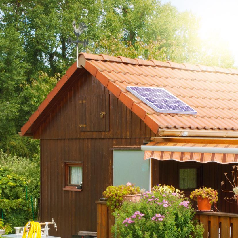 Gartenhaus mit Solarmodul am Dach