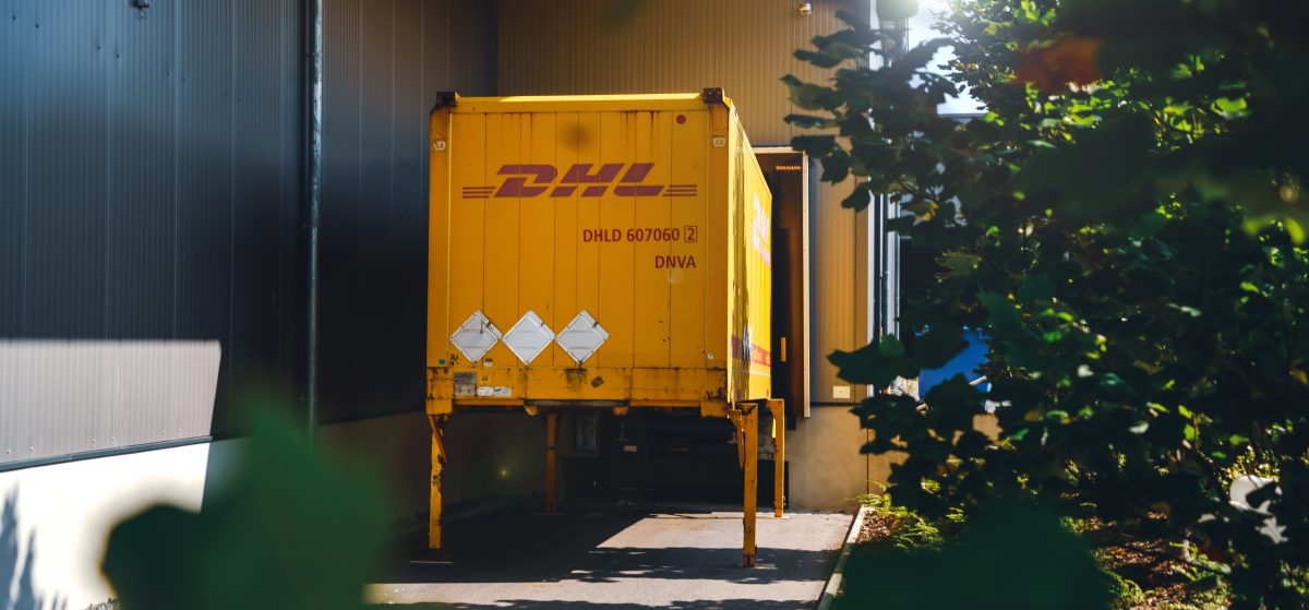 DHL Container auf einer Ladebrücke