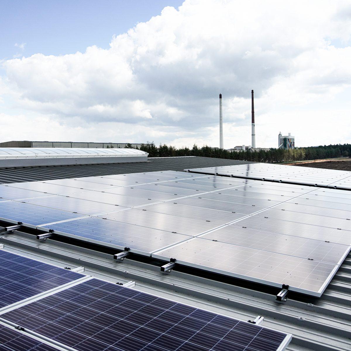 Solarmodule auf einem Dach Lager 1