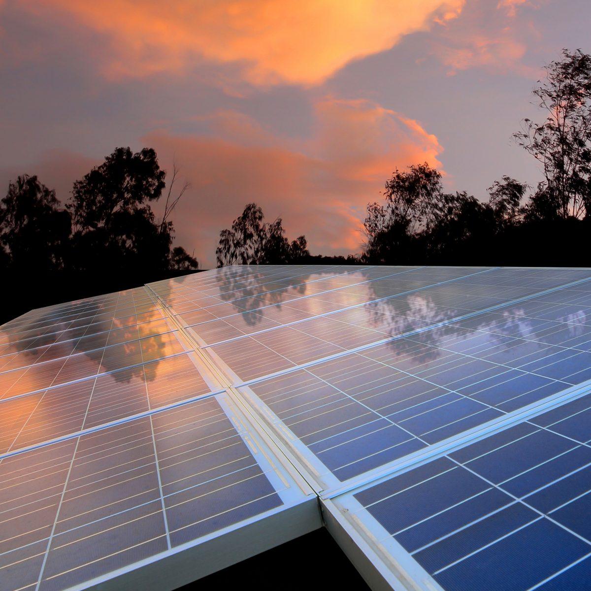 Solar Panel im Sonnenuntergang